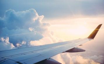 Samolot czy autokar? Czym jechać na wakacje?